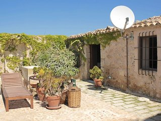 Il Palmento inside the Farmhouse Scattarelli, with pool, 2,5 Km from the beach