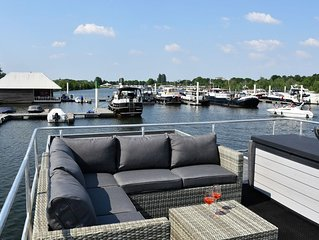 Cozy floating Boatlodge (2 bedrooms, 4 Persons), Maastricht.