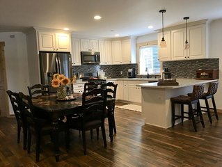 Lovely New Home! Family games. Easy access to lake, shopping, restaurants & fun!