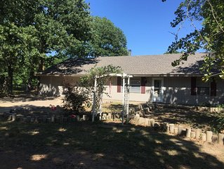Texoma Family Lakehouse 3-4 bdrm Sleeps 18+++! 1/2 mi to BEAUTIFUL White Beach!