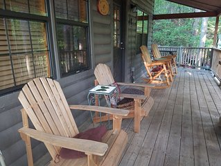 Peaceful cabin - Relax - Hot tub - WI-FI -Hulu- short walk to town-Campfire