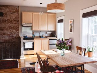 Decorah House- Airy, modern, full of natural light, 5 blocks to downtown