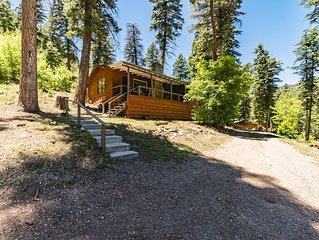 Circle Bar: Cute, Rustic 2 bedroom 2 bath cabin with a hot tub in the Upper Cany