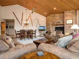 CX233 by Mountain Resorts: Vaulted ceilings & Mountain Views! Near Hiking & Biki