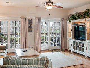 Ritzy Roost: 2 Bedroom condo, semi-oceanfront, YMCA amenity, elevator for the bu