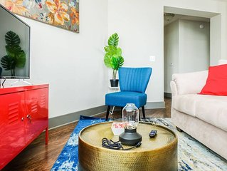 UPTOWN 2BR APT - STAY IN THE CENTER OF THE ACTION!