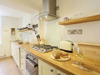 Honeypot Cottage - Two Bedroom House, Sleeps 3