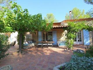 Idyllic Villa in Esparron-de-Verdon with Barbecue