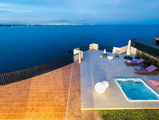 Gorgeous villa with whirlpool bath and breathless view, only 100m from the sea!
