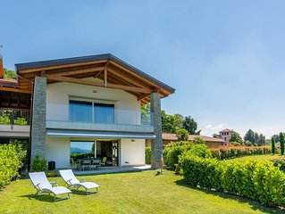 Newly built apartment, with covered terrace, garden and beautiful lake view