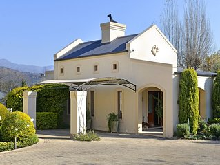 Petit Plaisir! Romantic Garden Cottage With Beautiful Mountain Views