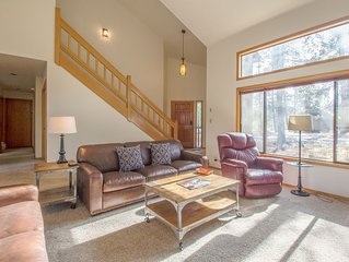 Walk to Deschutes River, 4 bedroom, 2 Levels, Hot Tub, Wood Fireplace- HUMM21