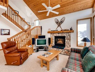 Bright townhome with winter shuttle to lifts, dining and shared hot tubs