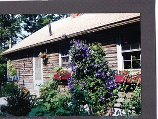 Cozy 2-bedroom Log Cabin on the banks of the Damariscotta River