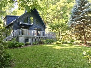 Cozy Cottage 2.5 Miles to Downtown With Private, Wooded Surroundings