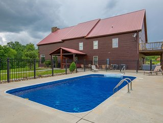 Huge lodge with seasonal swimming pool and accommodations for up to 26 guests! N