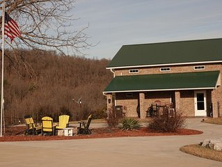 Near Branson.Golf Close.Luxury Farmhouse.Family Friendly.Wifi.Direct TV.2-70'HD