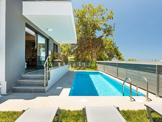 Villa Nisos, walking distance to the beach & amenities, car free holiday!