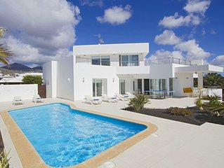 Design villa in Lanzarote comfort & Sun / heated pool & jacuzzi