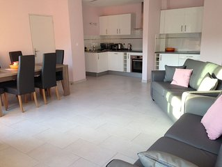 Magnificent Sea views,beach side, sunny aspect, sleeps 6, WiFi, garage parking