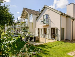 Charming Contemporary Lakeside Cottage, With On-site Luxury Spa !!