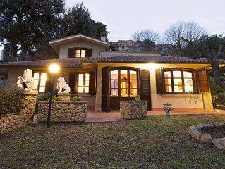 Villa con piscina,  giardino recintato e bellissima vista mare