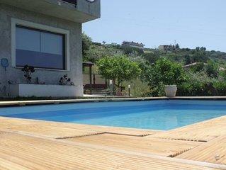 casa nel verde con piscina