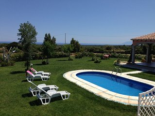 Villa con piscina privata , ampio prato, tutto con vista mare.