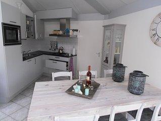 Luxe, Comfortabeles, Freistehende  Ferienhaus 300m v Strand mit WIFI