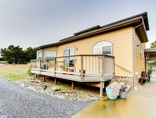 Cozy, spacious home w/ jetted tub, easy beach access, & large deck