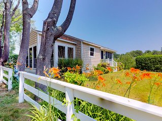 Charming cottage w/pleasant outdoor space, short walk to the beach!