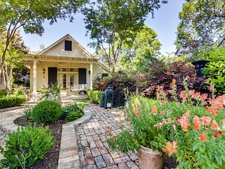 Charming cottage w/ beautiful patio & outdoor firepit - great downtown location