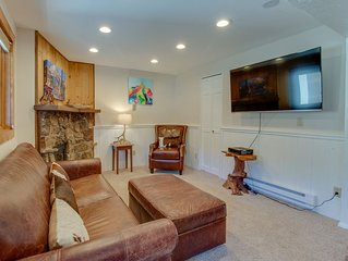 Conveniently located condo w/ shared pool & hot tub - mtn views, walk to lifts!