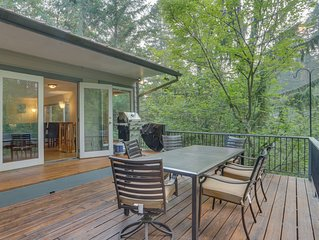 Family cabin with a deck, fireplace, jetted tub, and more - near Mt. Hood