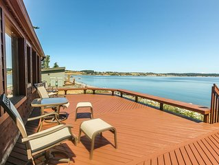 Cozy oceanfront cabin with nearby beach and large deck/views!