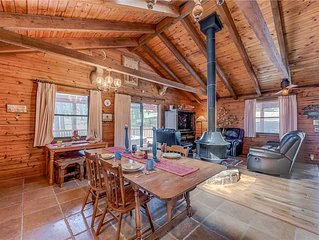 Lincoln Log Cabin, 3 Bedrooms, Hot Tub, Fireplace, Grill, Sleeps 7