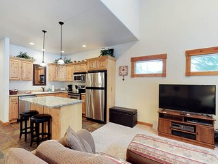 Spacious condo w/ golf course view plus shared pool, hot tub, & fitness center