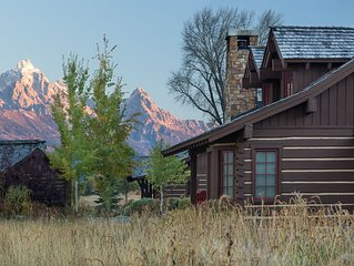 Enjoy your JH Fall at this Elegant Cabin, Only Minutes from the Nat'l Park!