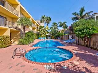 Seaside family-friendly condo with a shared pool, hot tub, and great location