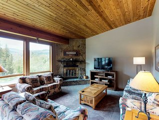 Townhome with shared hot tub and pool, minutes away from slopes!
