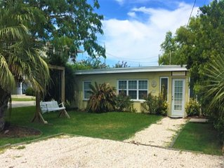 Adorable Cottage in Kure Beach with 2 bedrooms/2 bathrooms, short 2 blocks to th