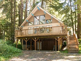 Quiet home in the woods w/ private deck - walk to the beach & Haystack Rock!