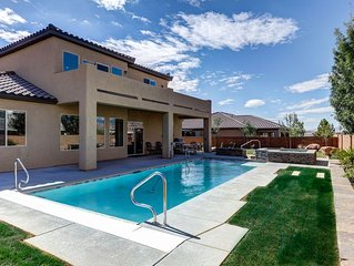 KABINO: PRIVATE POOL and HOT TUB! Life is better Sunnyside Up! Perfect location!
