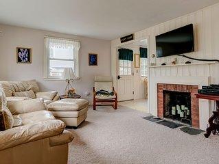 Cozy cottage w/ private deck, yard & grill - walk to Great Pond & Bristol Beach!