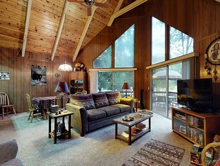 Beautiful cabin w/large deck and wrap-around deck, near hiking & skiing! Dogs ok