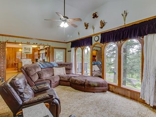 Classic cabin w/ views, a mother-in-law suite, & forest acccess