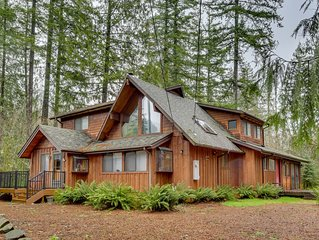 Spacious cabin w/ private hot tub, fireplace & free WiFi - near skiing - Dogs OK