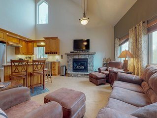 Family-friendly condo w/private hot tub & fireplace - near skiing