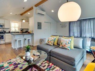 Airy retreat with free WiFi, balcony, & kitchen, in the heart of NE Portland!