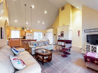 Comfortable beach house with fireplace & entertainment - beach nearby!